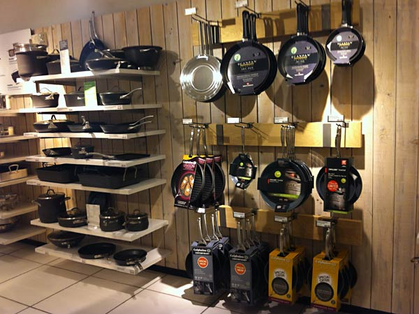 Crate and Barrel の食器、調理器具