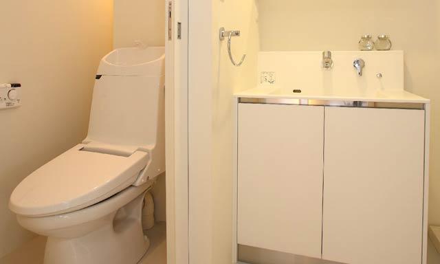 お酢で強力なトイレの水垢を全て取り去る