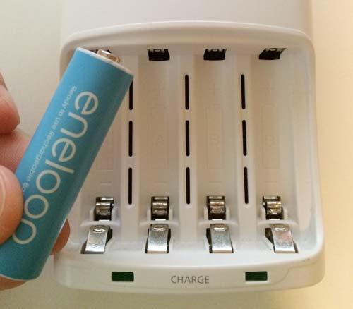 エネループ単3形を充電器にセット