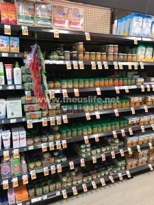 アメリカのスーパーの赤ちゃん用フードのコーナー