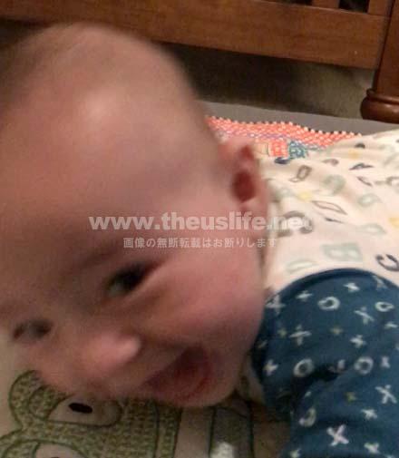 生後4ヶ月の赤ちゃん寝返りの瞬間!最後は笑顔に