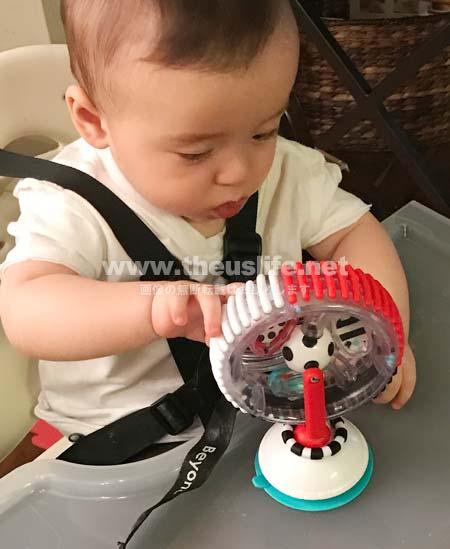 Sassyのオモチャ Wonder Wheel(ワンダーホイール)で遊んでいる赤ちゃん