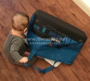 トレーダージョーズのエコバッグで遊ぶ息子