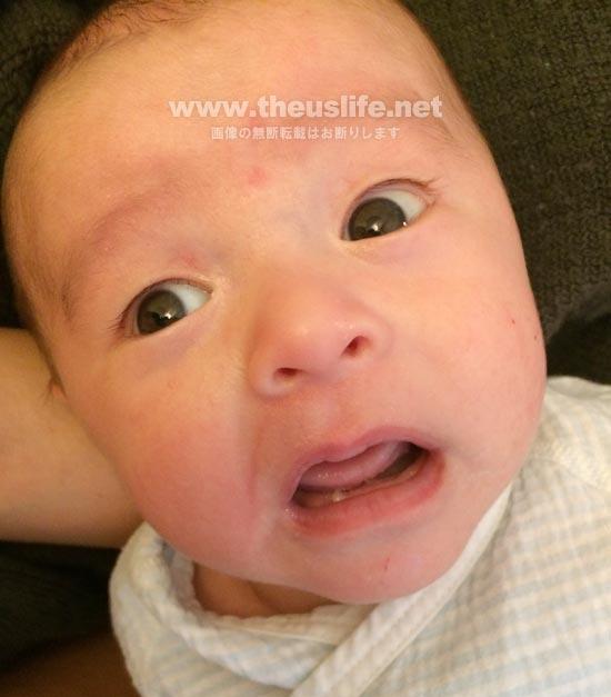 生後一ヶ月の驚いた授乳直後の赤ちゃんの顔