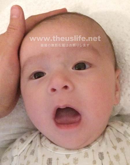 まだ一重まぶたの生後二ヶ月の赤ちゃんの顔