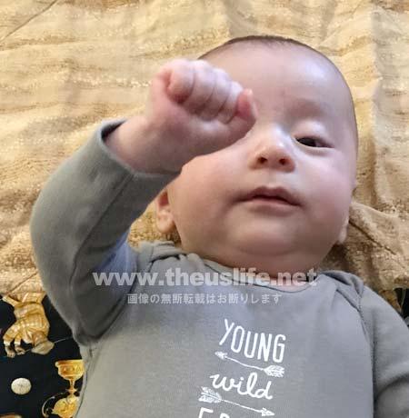 ハンドリガード中の生後二ヶ月の赤ちゃん