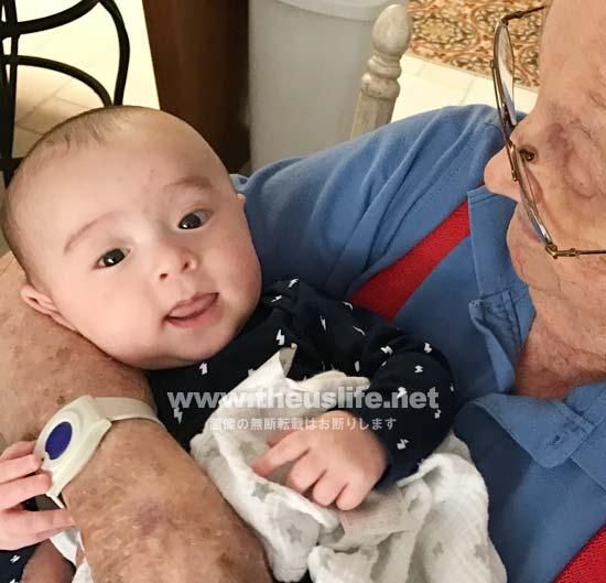 生後三ヶ月の日米ハーフの片目だけ二重まぶたの赤ちゃんの顔
