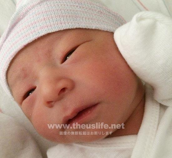 生まれた直後の日米ハーフの一重まぶたの赤ちゃんの顔