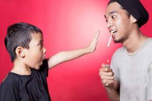 子供の前で喫煙を促すイメージ