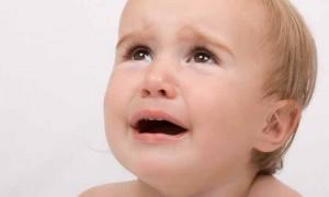 病気で泣いている子供