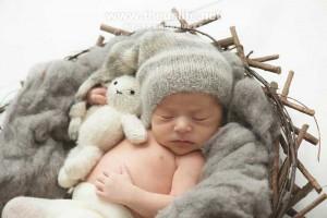 ニューボーンフォトで撮影したカゴの中の赤ちゃん