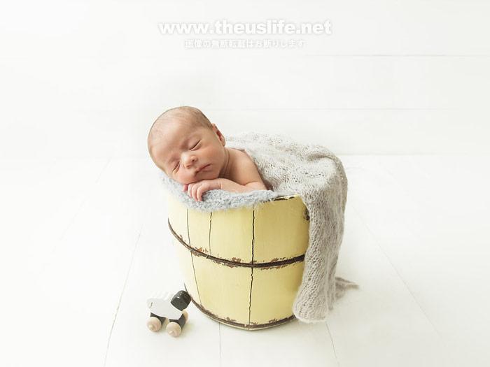 ニューボーンフォトで撮影したバケツに入った可愛い赤ちゃん