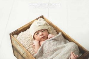 ニューボーンフォトで撮影した箱に入った赤ちゃん