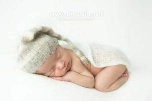 ニューボーンフォトで撮影したうつ伏せの赤ちゃん