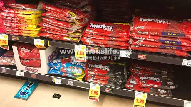 アメリカのスーパーに並ぶTwizzlers(トゥウィズラーズ)