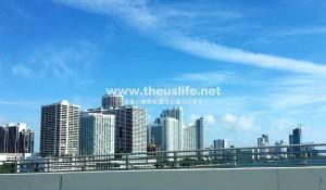 マイアミのビーチにビルが建ち並ぶ風景