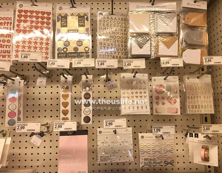シールや文具など雑貨用品売場